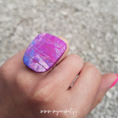 P492_rocno-izdelan-unikatni-prstan-Myunikat_TjasaVodeb-fimo-viola-abstrakt
