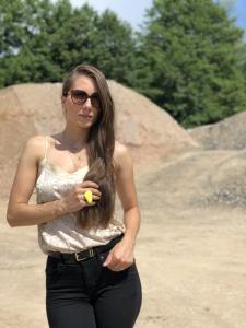 Dijana-Rose-ambasadorka-rocno-izdelanega-unikatnega-nakita-myunikat-rumena